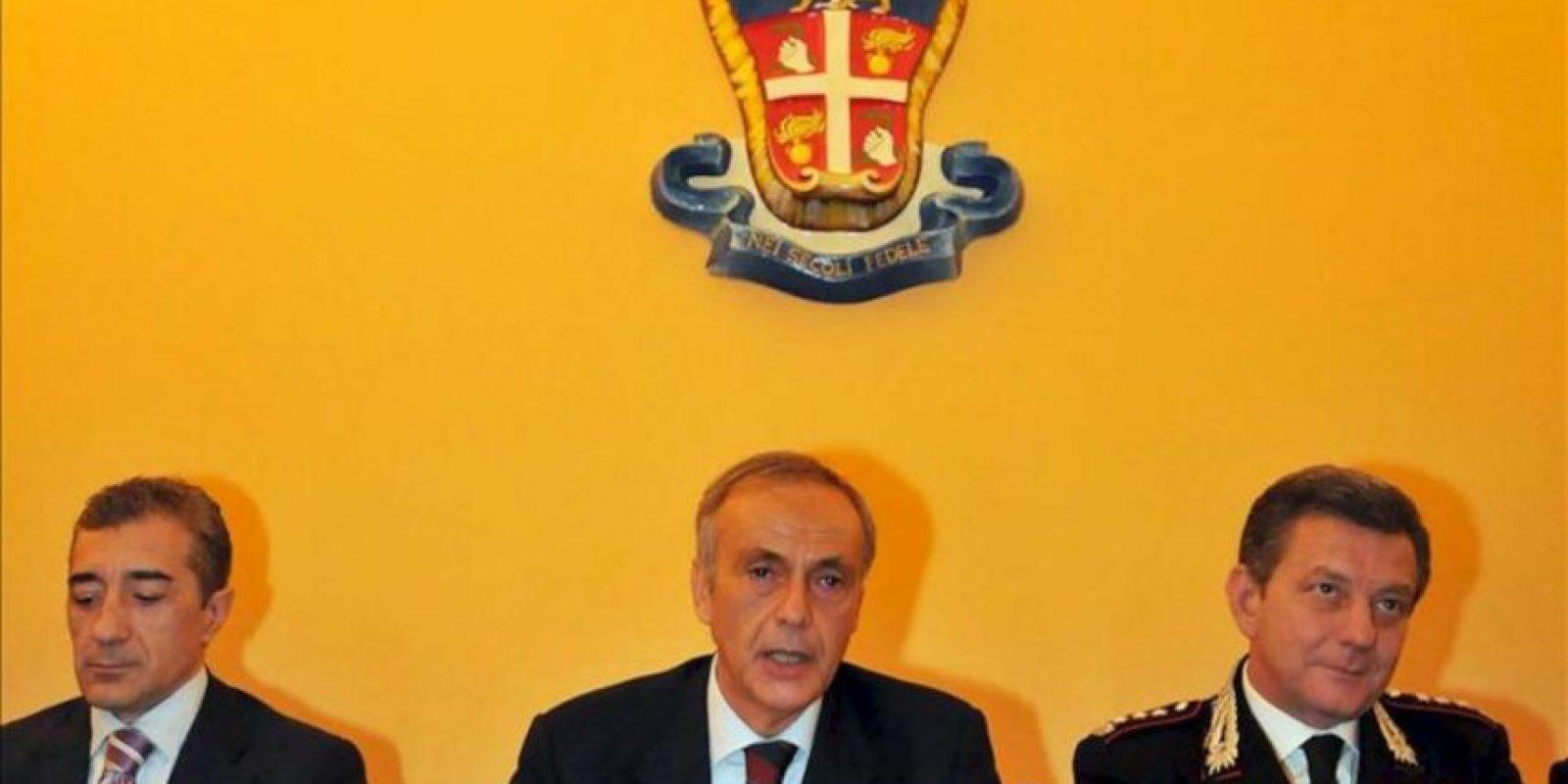 El fiscal jefe de Bari, Antonio Laudati (c); el fiscal Cyrus Angelillis (i) y el comandante provincial de los Carabineros, Aldo Iacobelli (d), durante una rueda de prensa en el cuartel de los Carabineros en Bari (Italia) hoy tras la detención del futbolista Andrea Masiello en relación con una supuesta red de amaño de partidos. EFE
