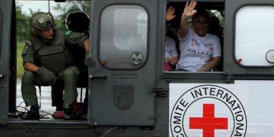 La exsenadora Piedad Córdoba (d) fue registrada al partir del aeropuerto Vanguardia de Villavicencio (Colombia) en el helicóptero que transportó a la misión humanitaria que recogió a los rehenes que la guerrilla de las FARC liberó en algún lugar de las selvas colombianas. EFE