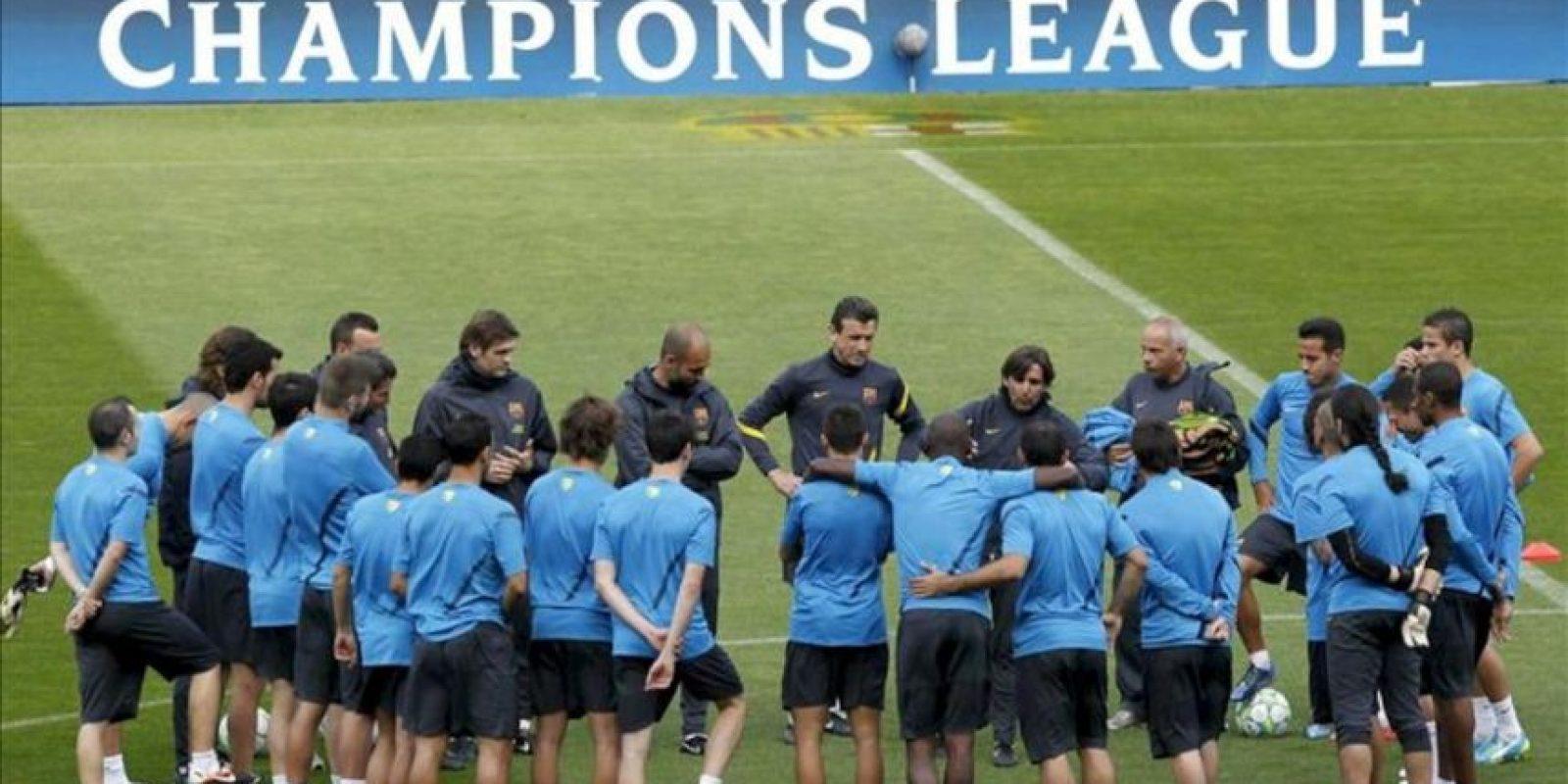 La plantilla del FC Barcelona escucha a su cuerpo técnico durante el entrenamiento del conjunto azulgrana previo al encuentro de vuelta de cuartos de final de la Liga de Campeones de que disputará mañana ante el Milán en el Camp Nou. EFE
