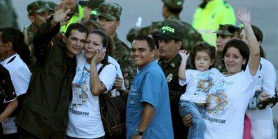 El intendente de la Policía Carlos José Duarte Rojas (i) saluda a su esposa y a su familia a su llegada al aeropuerto Vanguardia de Villavicencio, Colombia, luego de ser liberado por las FARC junto a otros 9 policías y militares. EFE