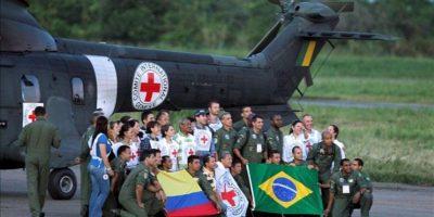 La tripulación brasilera y el equipo del Comité Internacional de la Cruz Roja (CICR) posan luego de la liberación de los diez policías y militares por las FARC en Villavicencio (Colombia). EFE