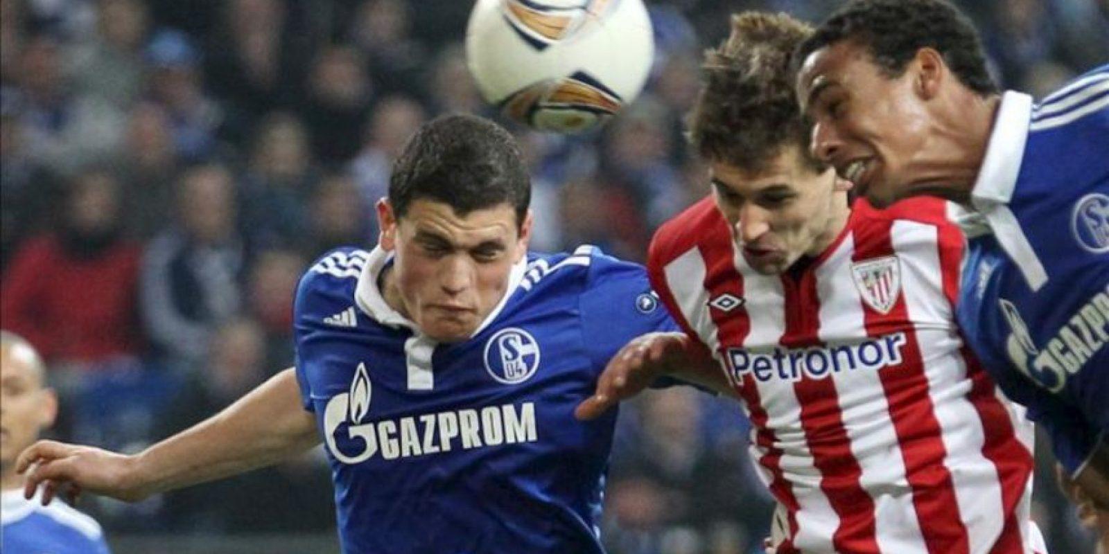 El jugador del Athetic Fernando Llorente (c) anota un gol ante la marca de Kyriakos Papadopoulos (i) y Joel Matip (d), del Schalke 04, el pasado 29 de marzo de 2012, durante un partido por la Liga Europa en el Arena AufSchalke en Gelsenkirchen (Alemania). EFE