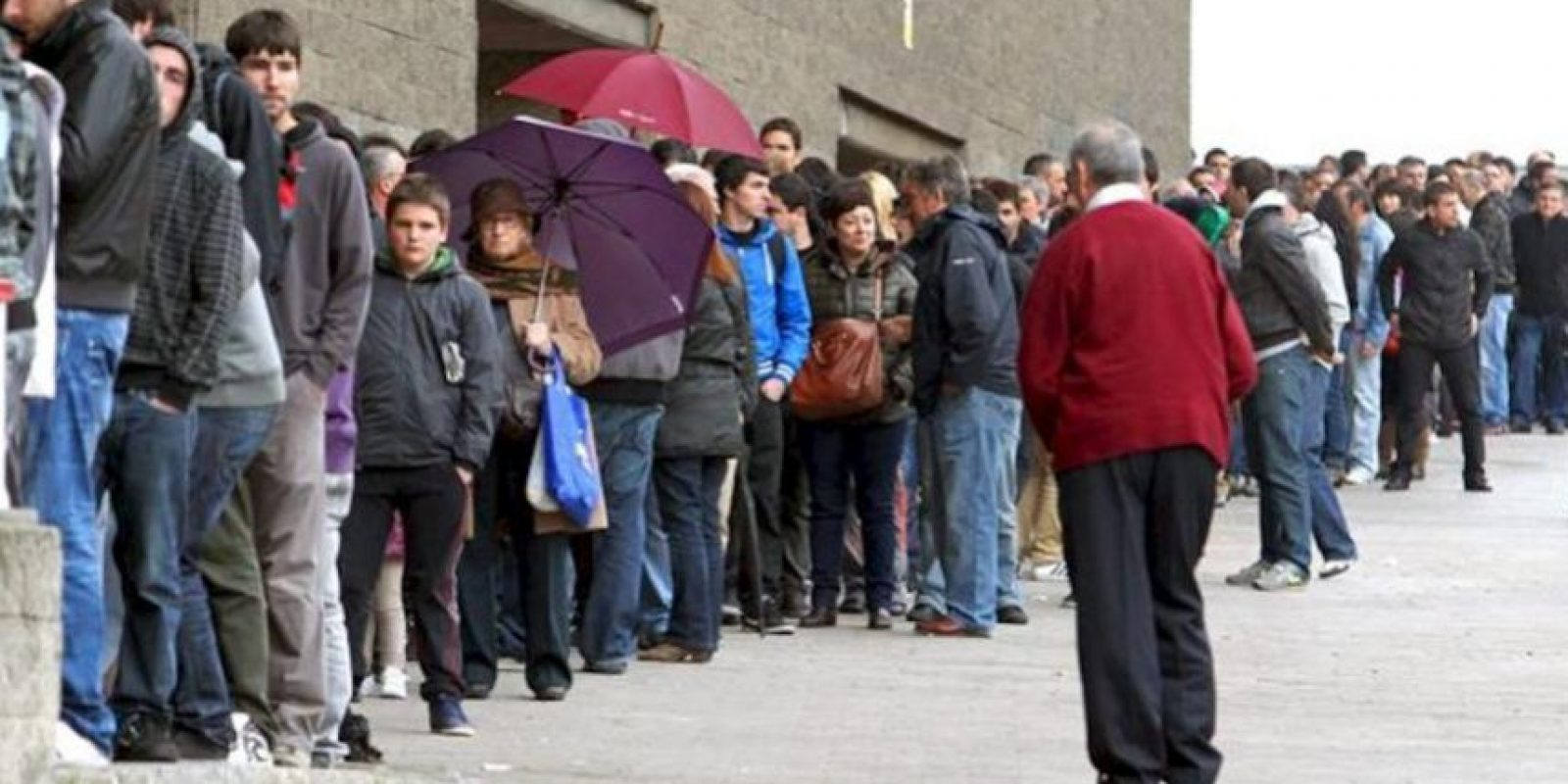 Aficionados del Athletic de Bilbao hacen cola hoy, 3 de abril de 2012, para comprar entradas para presenciar el próximo jueves el partido que el equipo bilbaíno jugará ante el Schalke 04 alemán correspondiente a la vuelta de los cuartos de final de la Liga Europa. EFE