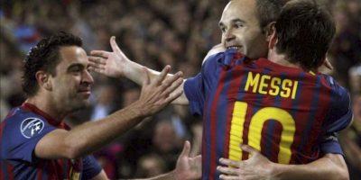 El centrocampista del FC Barcelona, Andrés Iniesta (c), celebra su gol, tercero del equipo, con sus compañeros, el argentino Leo Messi (d) y Xavi Hernández, en el partido de vuelta de los cuartos de final de la Liga de Campeones, en el Camp Nou, en Barcelona. EFE