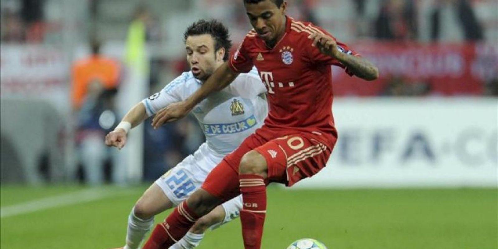 El jugador del Bayern de Múnich, Luiz Gustavo (dcha), pelea por el control del balón con el jugador del Olympique de Marsella, Mathieu Valbuena, en el partido de vuelta de cuartos de final de la Liga de Campeones en el Allianz Arena de Múnich, Alemania. EFE