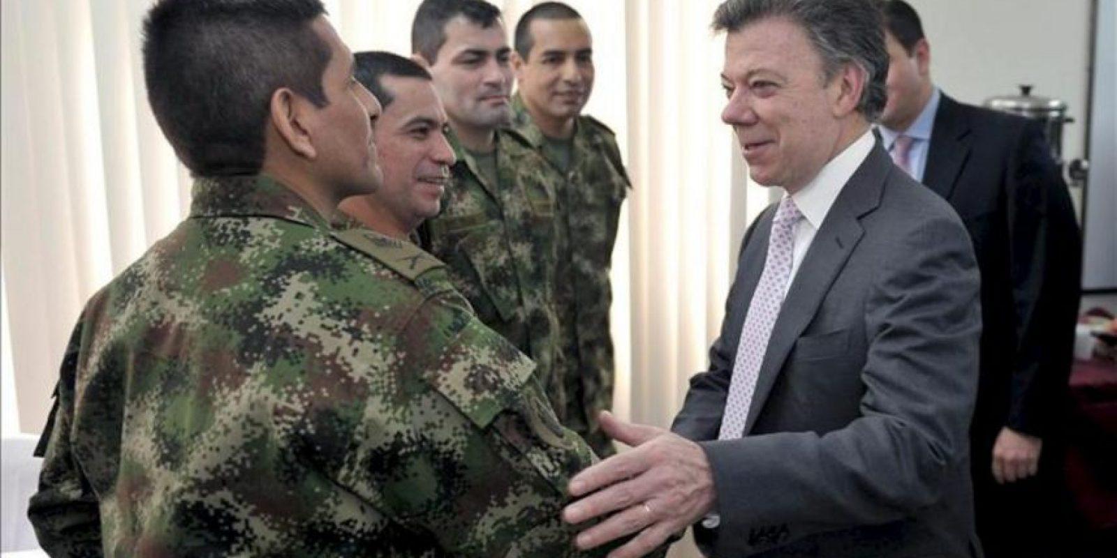 El presidente de Colombia, Juan Manuel Santos (d), saluda a los militares Luis Alfredo Moreno (i), Luis Arturo Arcía (2 i), Luis Alfonso Beltrán Franco (3 i) y Robinson Salcedo Guarín (2 d), quienes fueron liberados por las FARC junto a seis policías este lunes, tras años de cautiverio. EFE
