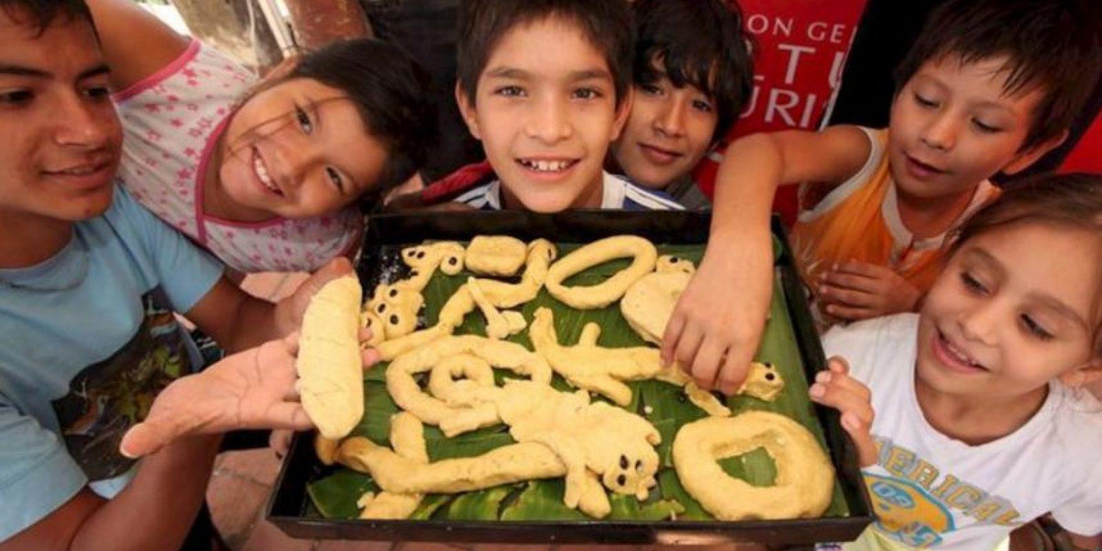 Un grupo de niños participa en la elaboración del chipá en Asunción (Paraguay). El chipá es un pan de almidón de yuca, queso y huevos que no puede faltar el Jueves Santo en Paraguay. EFE