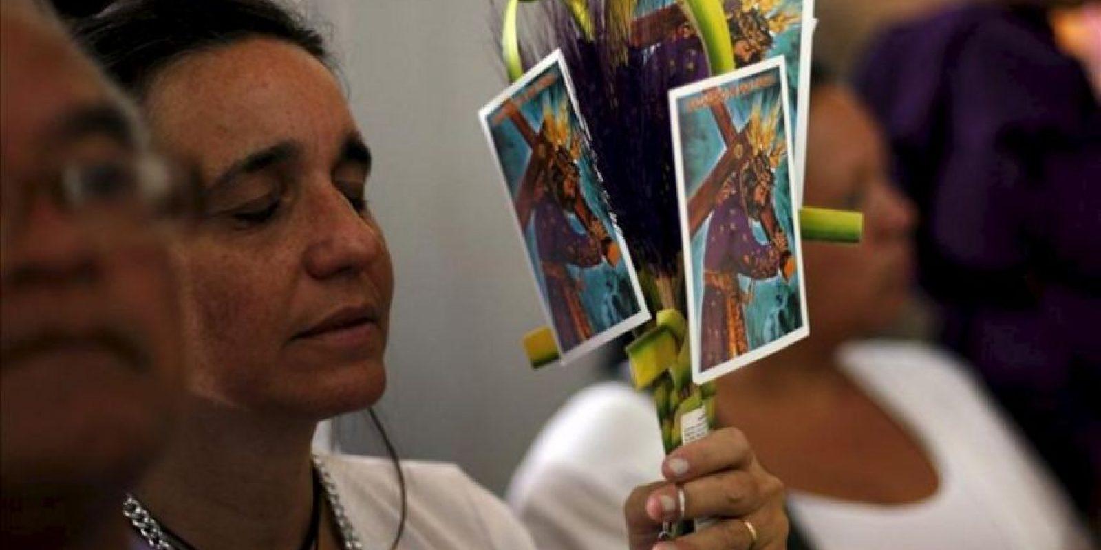 Una mujer reza en la basílica de Santa Teresa en el centro de Caracas (Venezuela) con motivo del Miércoles Santo. EFE