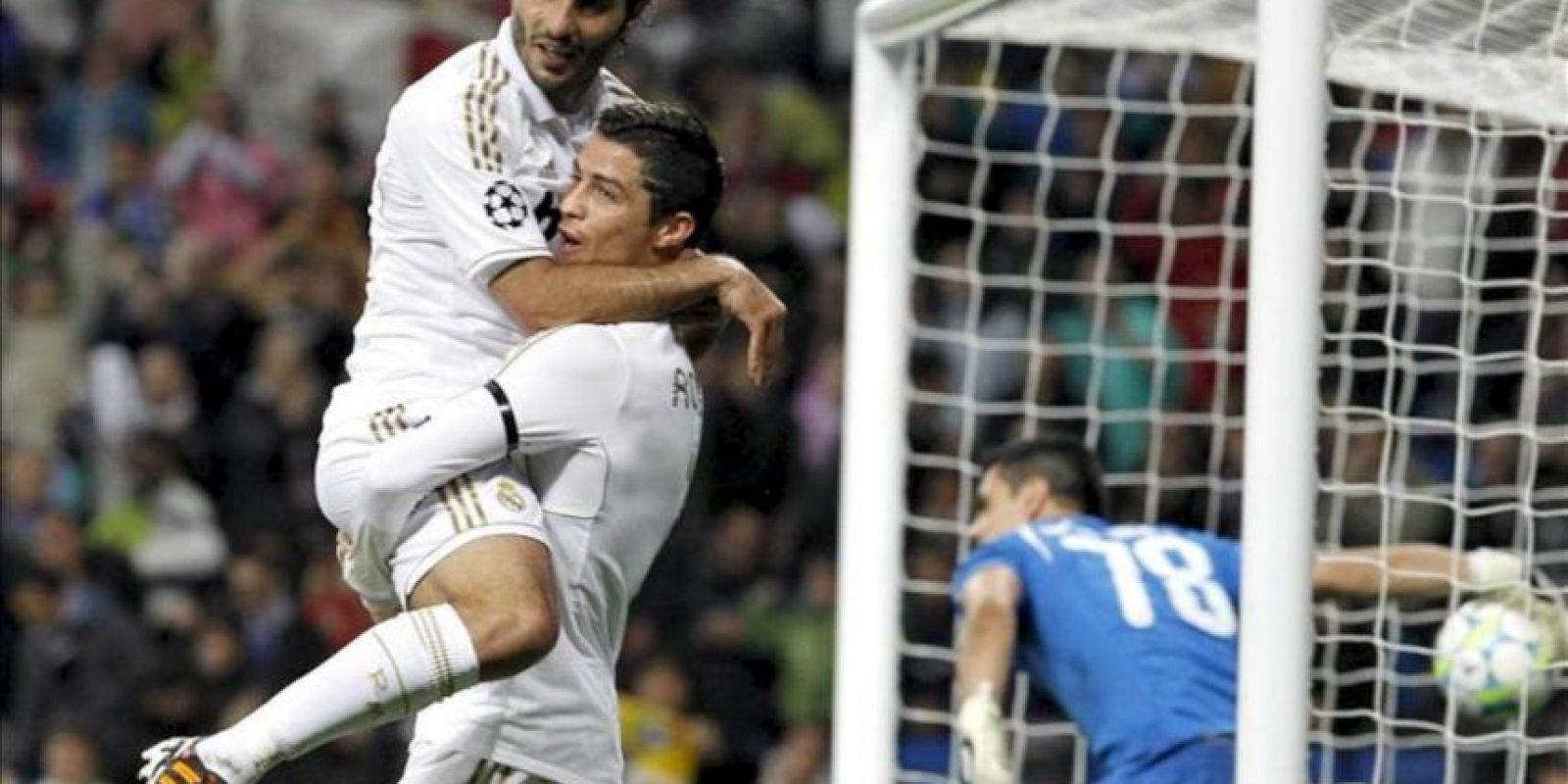 El delantero portugués del Real Madrid, Cristiano Ronaldo (d) celebra con su compañero Hamil Altintop la consecución del primer gol de su equipo ante el Apoel Nicosia, en el partido correspondiente a los cuartos de final de la Liga de Campeones, en el estadio Santiago Bernabeu. EFE