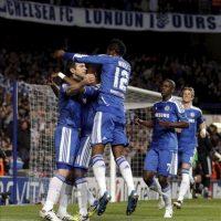 Frank Lampard del Chelsea (i) celebra con sus compañeros tras marcar un gol al Benfica en el partido de vuelta de cuartos de final de Liga de Campeones, en el estadio Stamford Bridge disputado en Londres, Inglaterra. EFE