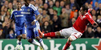 Salomon Kalou del Chelsea (i) lucha por el control del balón con Bruno César del Benfica durante el partido de vuelta de cuartos de final de Liga de Campeones disputado en el estadio Stamford Bridge disputado en Londres, Inglaterra. EFE