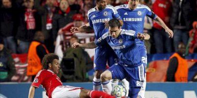 Frank Lampard (d) Ashley Cole (i) y John Terry (d) del Chelsea luchan por el control del balón con Axel Witsel del Benfica (i) durante el partido de vuelta de cuartos de final de Liga de Campeones en el estadio Stamford Bridge en Londres, Inglaterra. EFE