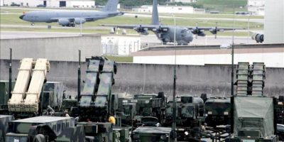 Fotografía de archivo del 25 de octubre de 2006 muestra un sistema de misiles Patriota listo para su activación en la base aérea de Kadena en la isla de Okinawa (Japón). EFE/Archivo