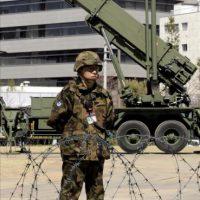 Fotografía de archivo del 29 de marzo de 2009 que muestra a un soldado prestando guardia frente a un sistema de la Fuerza de Autodefensa Aérea de Japón. EFE/Archivo