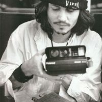 Johnny Depp con una Polaroid