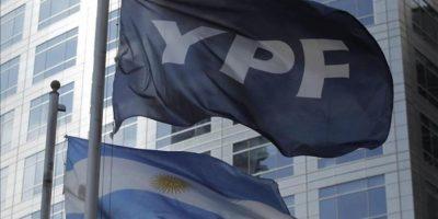 Detalle de las banderas de Argentina y de la petrolera YPF, frente al edificio donde funcionan las oficinas centrales de la empresa en Buenos Aires. EFE
