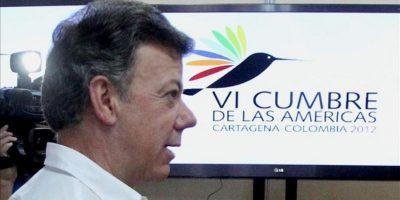 El presidente colombiano, Juan Manuel Santos, visita el centro de prensa de la VI Cumbre de las Américas este miércoles 11 de abril de 2012, en Cartagena (Colombia). EFE