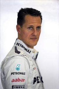 El piloto alemán Michael Schumacher de Mercedes AMG se prepara hoy durante las primeras sesiones de práctica en el circuito de Shangai, China. El Gran Premio de China de Fórmula Uno se disputará en este circuito el próximo 15 de abril. EFE