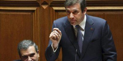El primer ministro luso, Pedro Passos Coelho (d), pronuncia su discurso, en presencia del ministro de Asuntos Parlamentarios, Miguel Relvas, antes de la votación del tratado de estabilidad presupuestaria de la UE en el Parlamento luso, en Lisboa (Portugal). EFE