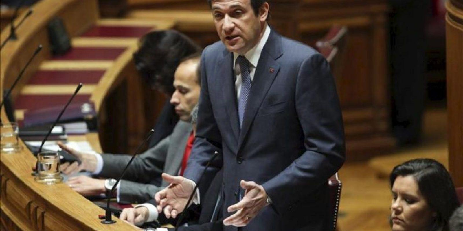 El primer ministro luso, Pedro Passos Coelho, pronuncia su discurso antes de la votación del tratado de estabilidad presupuestaria de la UE en el Parlamento luso, en Lisboa (Portugal). EFE