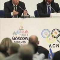 El primer ministro ruso, Vladímir Putin (i) y el nuevo presidente de la Asociación de Comités Olímpicos Nacionales (ACNO), el jeque kuwaití Ahmad Al-Fahad Al-Sabah, durante la Asamblea General de la ACNO en Moscú, Rusia. EFE