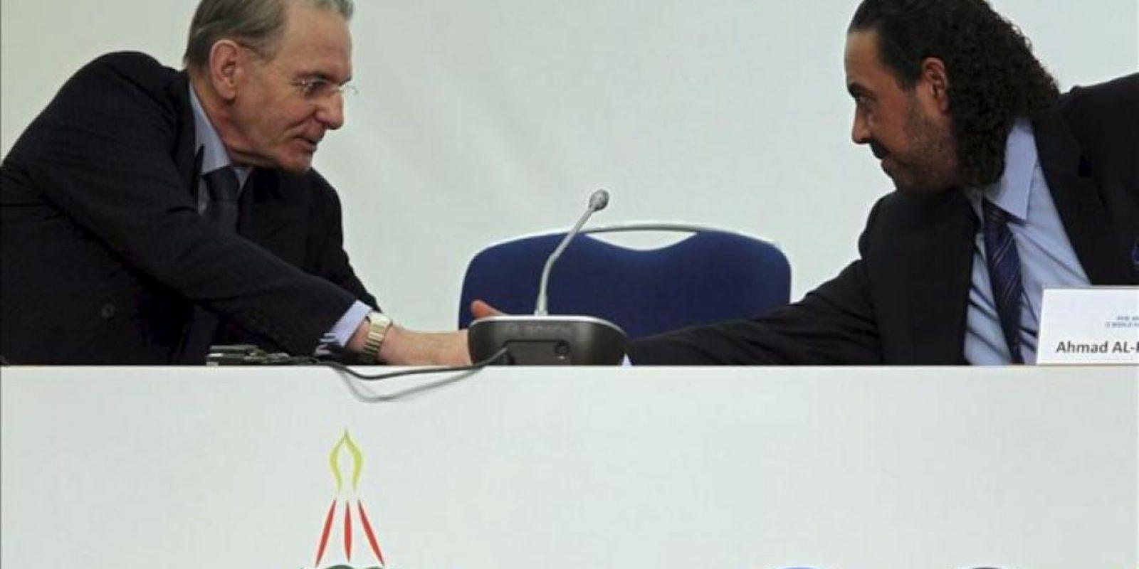 El presidente del Comité Olímpico Internacional, Jacques Rogge (i), y el nuevo presidente de la Asociación de Comités Olímpicos Nacionales (ACNO), el jeque kuwaití Ahmad Al-Fahad Al-Sabah, durante la Asamblea General de la ACNO en Moscú, Rusia. EFE