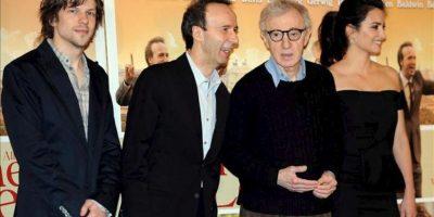 """El director de cine estadounidense Woody Allen (2-d) posa flanqueado por la actriz española Penélope Cruz, el actor italiano Roberto Benigni y el estadounidense Jesse Eisenberg (i), durante la presentación gráfica de la película """"A Roma con amor"""", en Roma (Italia), hoy, 13 de abril de 2012. EFE"""
