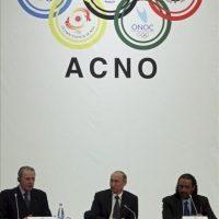 El primer ministro ruso, Vladímir Putin (C), el presidente del Comité Olímpico Internacional, Jacques Rogge (L), y el nuevo presidente de la Asociación de Comités Olímpicos Nacionales (ACNO), el jeque kuwaití Ahmad Al-Fahad Al-Sabah (R), durante la Asamblea General de la ACNO en Moscú, Rusia. EFE