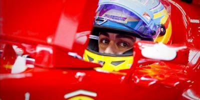 El piloto español Fernando Alonso, de Ferrari, en el garaje del equipo durante la segunda sesión de entrenamientos para el Gran Premio de Fórmula Uno de China, hoy en Shanghái, China. EFE