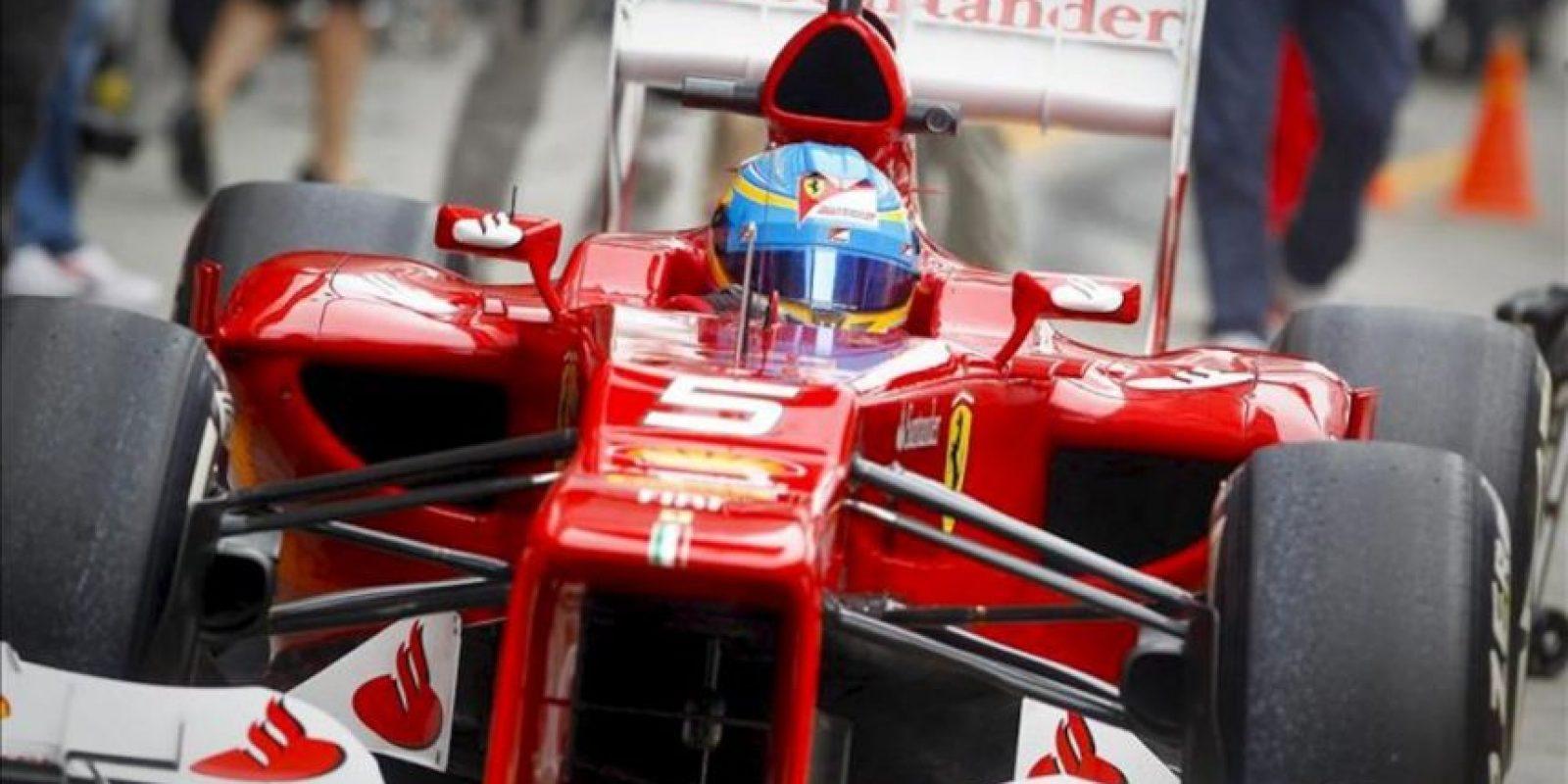 El piloto español Fernando Alonso, de Ferrari, durante una parada en la calle de garajes en la primera sesión de entrenamientos para el Gran Premio de Fórmula Uno de China, hoy en Shanghái, China. EFE