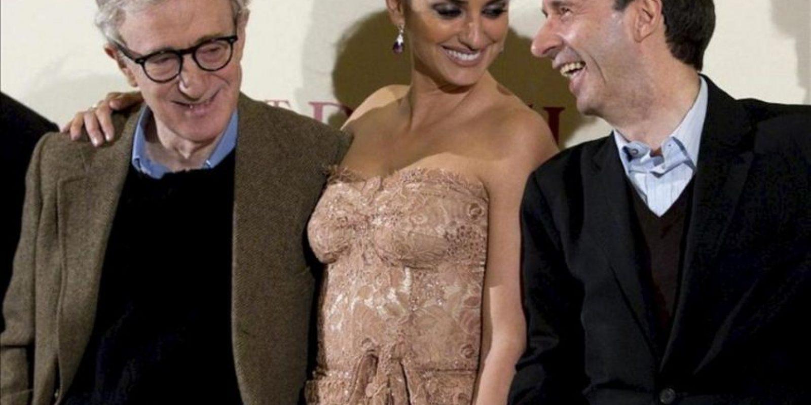 """El director estadounidense Woody Allen (i), la actriz española Penélope Cruz, y el actor italiano, Roberto Benigni, asisten al estreno mundial de la película """"To Rome With Love"""" en Roma (Italia). EFE"""