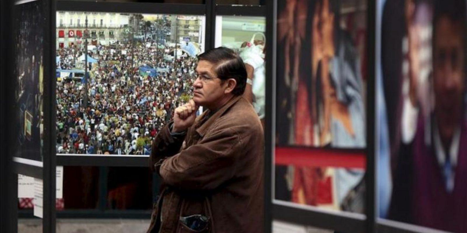 """Un hombre observa fotografías en el Centro Cultural Metropolitano de Quito (Ecuador), durante la muestra """"La Agencia Efe: El mundo en el 2011"""", la cual recoge las 82 mejores instantáneas del año pasado, tomadas en todo el planeta por sus fotoperiodistas. EFE"""