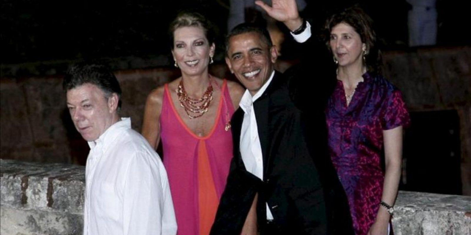Fotografía cedida por la Presidencia de Colombia del mandatario de Estados Unidos, Barack Obama (d), llegando a la cena ofrecida en el castillo de San Felipe por el presidente de Colombia, Juan Manuel Santos (i), a los gobernantes de la VI Cumbre de las Américas. EFE