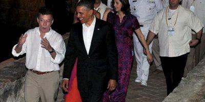 Fotografía cedida por la Presidencia de Colombia del mandatario de Estados Unidos, Barack Obama (c), conversando con su homólogo de Colombia, Juan Manuel Santos (i), durante la cena ofrecida en el castillo de San Felipe a los presidentes de la VI Cumbre de las Américas en Cartagena (Colombia). EFE