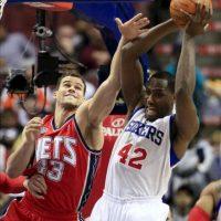 El jugador Elton Brand (d) de Philadelphia 76ers gana un rebote junto a Kris Humphries (i) de New Jersey Nets durante un juego de la NBA en el Centro Wells Fargo en Philadelphia (EEUU). EFE