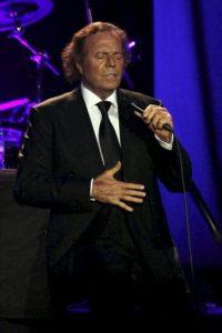 El cantante español Julio Iglesias se presenta en concierto en el Movistar Arena de Santiago de Chile. En la única actuación masiva de su visita a Chile el artista interpretó sus éxitos más famosos. EFE