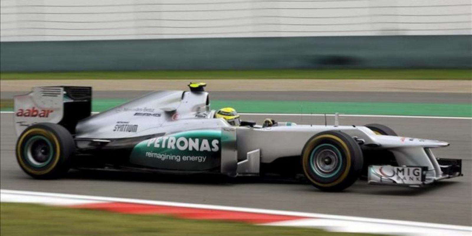 El piloto alemán Nico Rosberg de Mercedes AMG en acción hoy, durante la tercera ronda de prácticas en el circuito internacional de Shanghái (China). Este domingo se celebrará el gran premio de China de Formula Uno. EFE