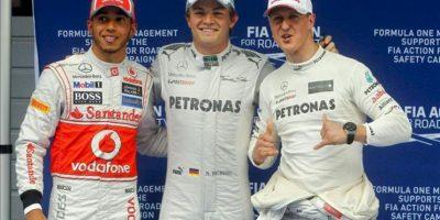 El piloto alemán de Fórmula Uno de la escudería Mercedes, Nico Rosberg (c), celebra la 'pole' conseguida tras conseguir el mejor tiempo de cronometrada del Gran Premio de China que se disputa en Shanghái, el 14 de abril del 2012, junto a su compañero Michael Schumacher (dcha), tercero, y al británico de McLaren Mercedes, Lewis Hamilton. EFE