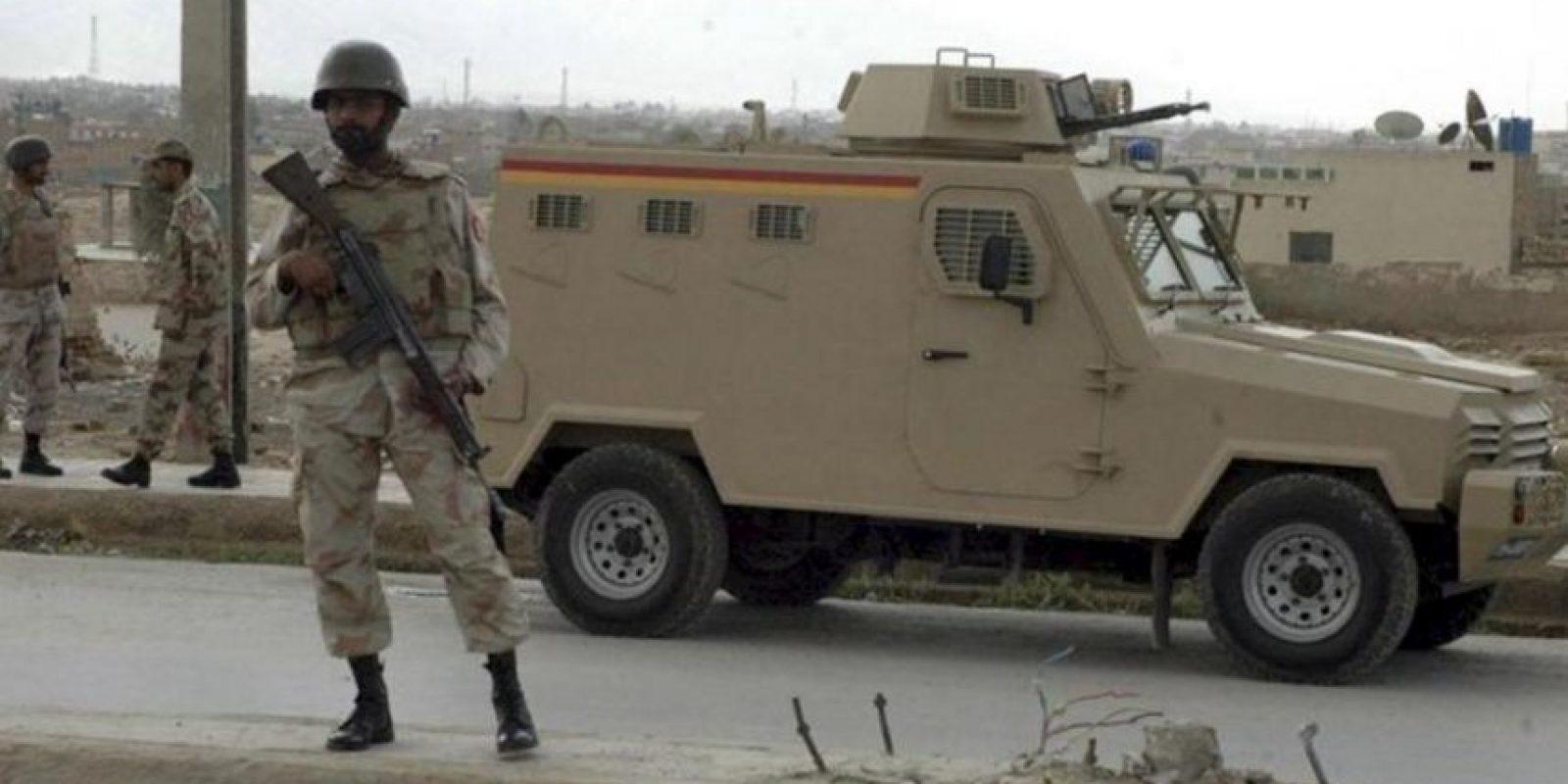 Policías paquistaníes hacen guardia hoy en un punto de control en una carretera en Quetta, capital de la provincia de Balochistán (Pakistán). Según medios de comunicación, al menos ocho personas han muerto y otras dos han resultado heridas depués de varios tiroteos en distintas áreas en Quetta. EFE