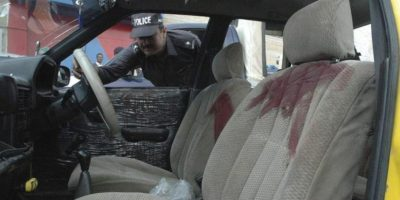 Policías paquistaníes inspeccionan el vehículo que fue atacado por un grupo de asaltantes desconocido hoy en Quetta, capital de la provincia de Balochistán (Pakistán). Según medios de comunicación, al menos ocho personas han muerto y otras dos han resultado heridas depués de varios tiroteos en distintas áreas en Quetta. EFE