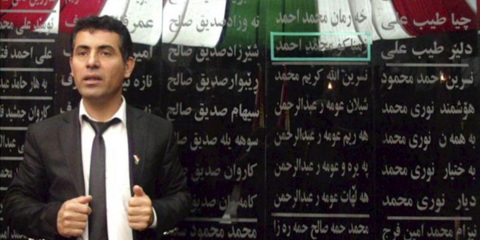 Omed Hama Ali, superviviente del ataque químico perpetrado por Sadam Husein el 16 de marzo de 1988, posa ante la lista de las victimas de la matanza en el museo de Halabja, el 3 de abril de 2012. EFE/Archivo