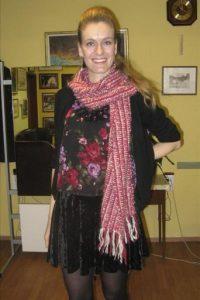 """La responsable de la ONG """"Viejas artesanías para el tiempo nuevo"""", Ana Ranitovic, presenta una bufanda tejida en punto, ejemplo de la nueva tendencia de la moda serbia de recuperar técnicas y materiales tradicionales para aplicarlos a diseños de moda actuales. EFE"""