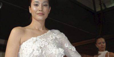 """En la imagen una modelo viste una blusa moderna pero elaborada en la tradicional labor de ganchillo. Se trata de un diseño de Bata Spasojevic presentado durante el desfile de moda de """"Viejas artesanías para el tiempo nuevo"""", que apoya la recuperación de las tradiciones en la moda serbia. EFE"""