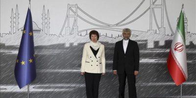 La alta representante para Asuntos Exteriores de la Unión Europea (UE), Catherine Ashton, y el jefe de la delegación iraní, Said Jalili, antes de la reunión que han mantenido en Estambul sobre el programa nuclear de Irán. EFE