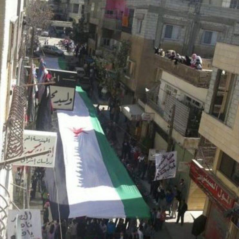 Imagen con fecha desconocida distribuida hoy por el Comité de Coordinación Local en Siria, que muestra una bandera independentista siria gigante durante una manifestación en Yabrood, cerca de Damasco (Siria). El ejército sirio intensificó esta madrugada sus bombardeos contra la ciudad de Homs (centro), en una nueva violación del alto el fuego acordado con el mediador internacional Kofi Annan, según denunciaron varios grupos de activistas. EFE
