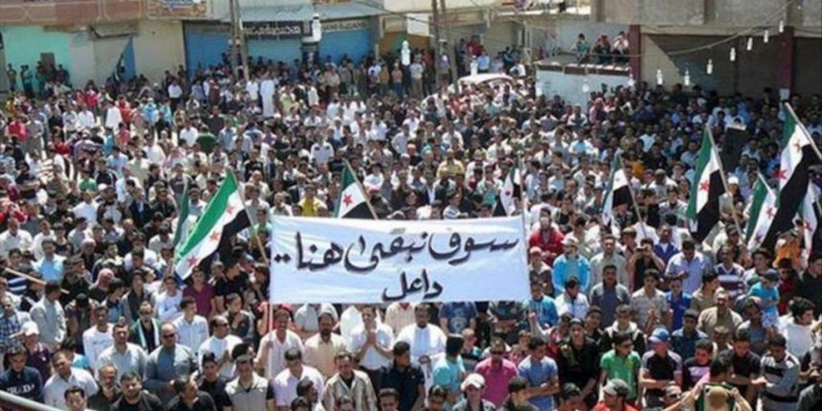 Imagen con fecha desconocida distribuida hoy por el Comité de Coordinación Local en Siria, que muestra a centenares de sirios durante una protesta en Daeel, cerca de Daraa (Siria). EFE