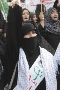 Musulmanes chiítas protestan durante una manifestación en Lahore (Pakistán) hoy, sábado, 14 de abril de 2012, en contra de la violencia y las matanzas de los suyos en Quetta. efe