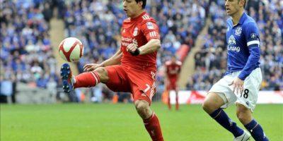 El jugador uruguayo del Liverpool Luis Suárez (izq) controla el balón ante el jugador del Everton Phil Neville durante su partido de las semifinales de la Copa de Inglaterra disputado en el estadio Wembley de Londres, Reino Unido. EFE