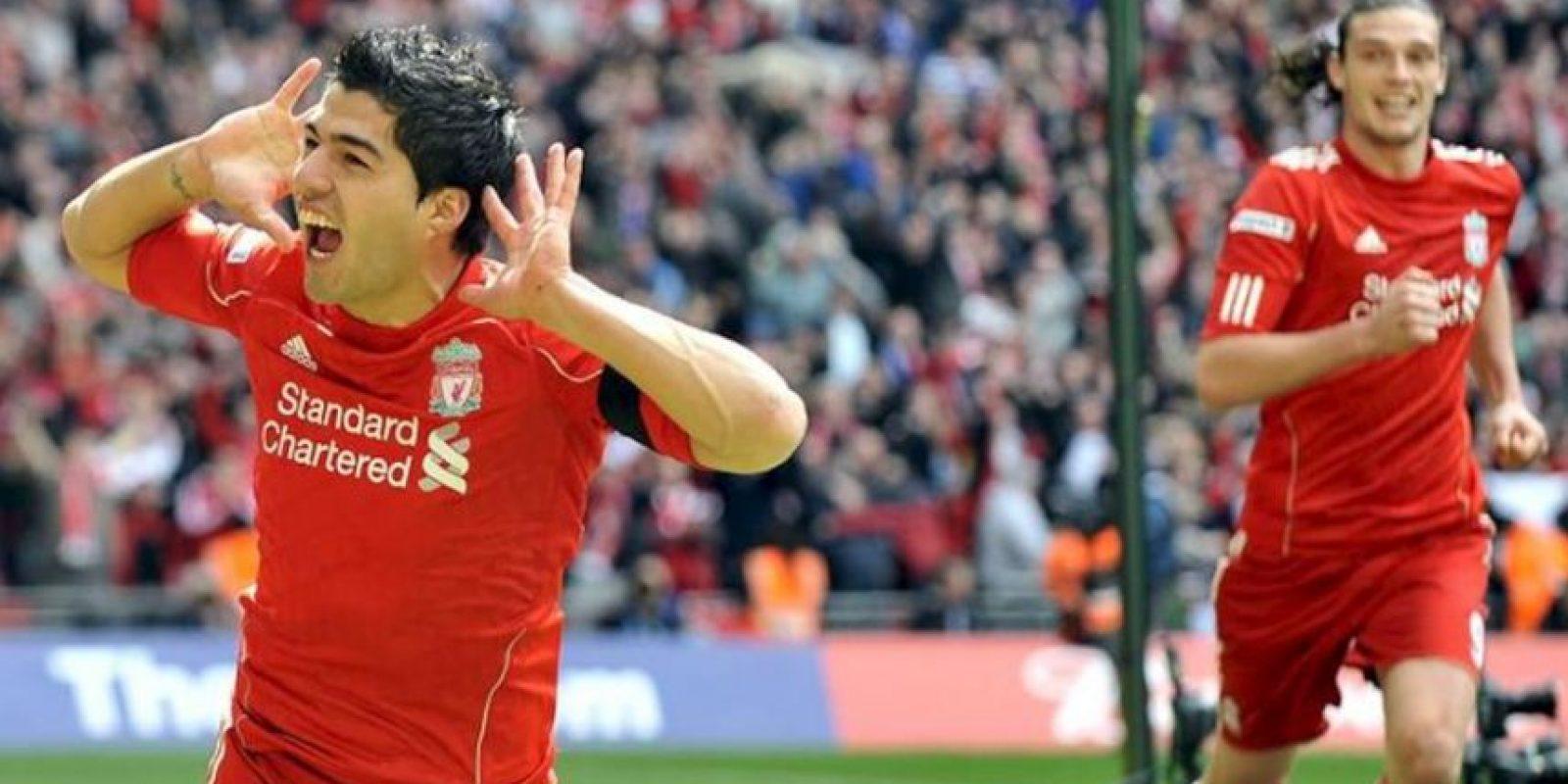 El jugador del Liverpool Luis Suárez (izq) celebra un gol ante el Everton durante su partido de las semifinales de la Copa de Inglaterra disputado en el estadio Wembley de Londres, Reino Unido. EFE