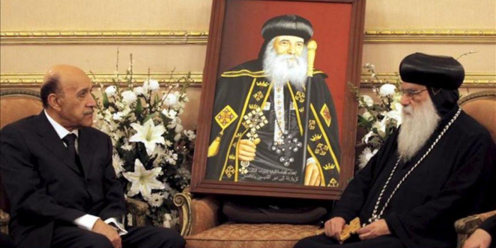 El candidato presidencial egipcio Omar Suleiman (i) durante una entrevista con el obispo de la iglesia copta de Egipto, Bakhomious, con ocasión de la víspera de la celebración de la Pascua de la iglesia copta hoy en El Cairo. EFE